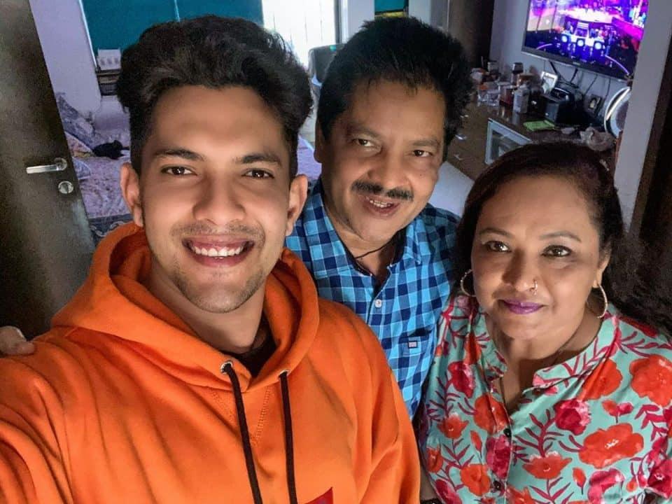 आदित्य नारायण की फोटो अपने माता पिता के साथ
