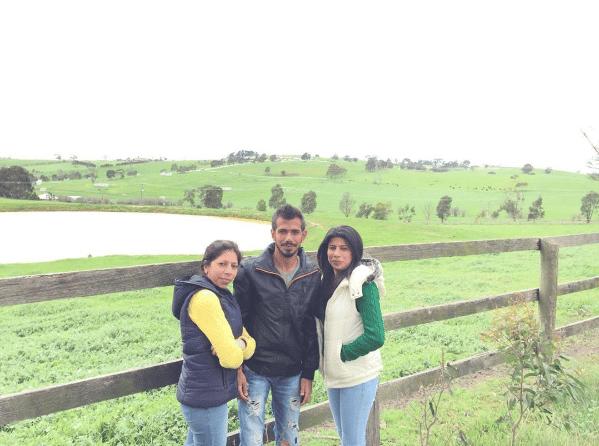 युजवेंद्र चहल अपनी बहनों के साथ