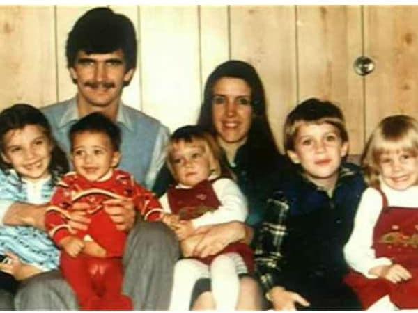 कटरीना कैफ की बचपन की तस्वीर अपने माता पिता के साथ