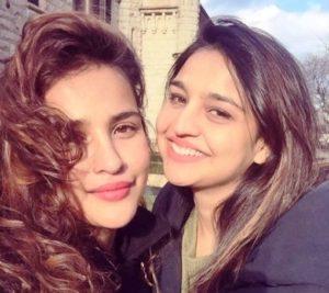 आयशा शर्मा अपनी बहन रीताका शर्मा के साथ