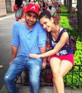 आयशा शर्मा अपने भाई वैभव के साथ