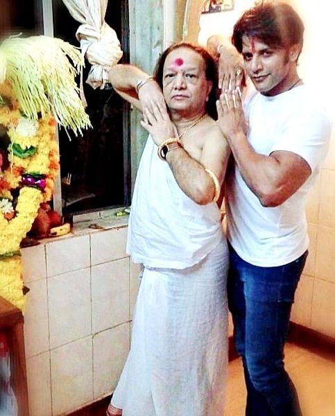 पंडित वीरू कृष्णन के साथ करणवीर बोहरा