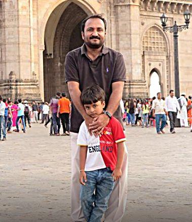 आनंद कुमार अपने बेटे के साथ